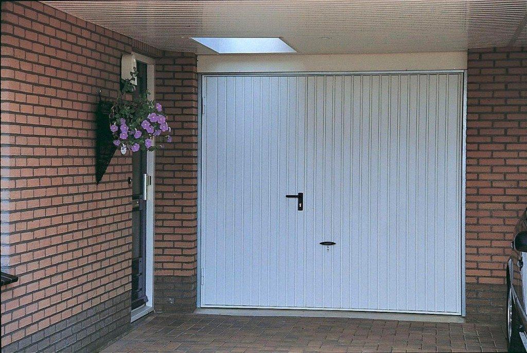 Garagedeur met loopdeur voor in en uitloop gemak brabant for Brabant deur