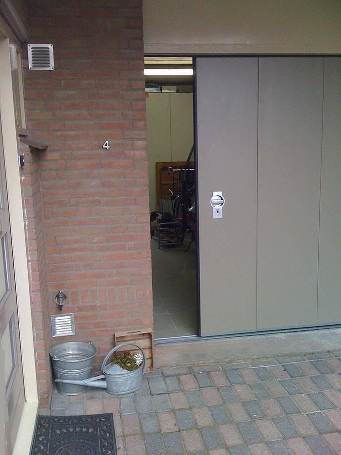 garagedeur met loopdeur voor in en uitloop gemak brabant. Black Bedroom Furniture Sets. Home Design Ideas